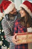 Paires dans l'amour avec le cadeau de Noël Images libres de droits
