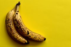 Paires de bananes trop mûres photo libre de droits