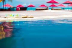 Paires de bascules électroniques lumineuses près de piscine bleue Images stock