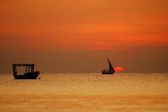 Paires de bateaux dans le coucher du soleil Images libres de droits