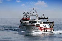 Paires de bateaux de pêche de chalutier dans le cours au port en Espagne Image libre de droits