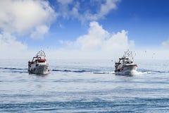 Paires de bateaux de pêche de chalutier dans le cours au port en Espagne Photo libre de droits