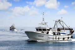 Paires de bateaux de pêche de chalutier dans le cours au port en Espagne Photographie stock