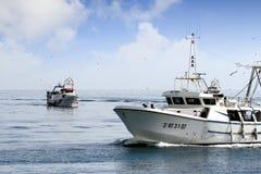 Paires de bateaux de pêche de chalutier dans le cours au port en Espagne Photos stock
