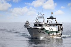 Paires de bateaux de pêche de chalutier dans le cours au port en Espagne Photographie stock libre de droits