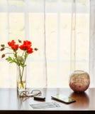 Paires de billets de théâtre sur la table avec la fenêtre Images stock