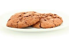 Paires de biscuits caoutchouteux de chocolat du plat blanc Images stock