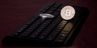 Paires de bitcoins sur un clavier d'ordinateur Image stock