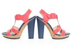 Paires de bleu marine à la mode et de chaussures roses, sur le blanc photo stock