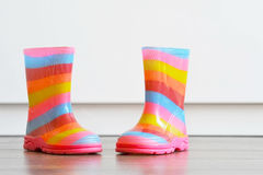 Paires de bottes colorées sur le plancher Images stock
