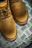 Paires de bottes protectrices en cuir sur le feuillard cannelé images libres de droits