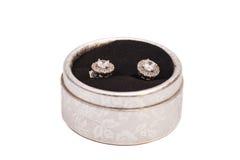 Paires de boucles d'oreille en cristal de diamant dans la boîte argentée Photo stock
