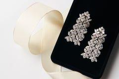 Paires de boucles d'oreille de platine avec des boucles d'oreille de diamant Photo libre de droits