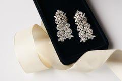 Paires de boucles d'oreille de platine avec des boucles d'oreille de diamant Photo stock
