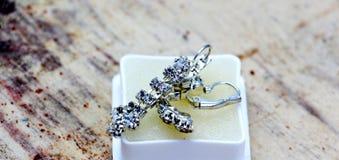 paires de boucles d'oreille d'un argent de mode avec les pierres précieuses Photo libre de droits