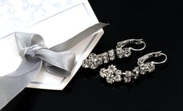 paires de boucles d'oreille d'un argent de mode avec les pierres précieuses Image libre de droits
