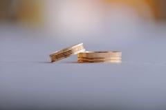 Paires de boucles de mariage d'or Photographie stock libre de droits