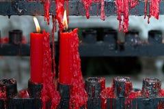 Paires de bougies rouges dans le temple Photo libre de droits
