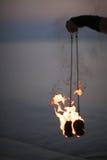 Paires de brûler le POI dans la main de danseur du feu Photos stock