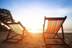 Paires de canapés de plage sur la mer abandonnée de côte, concept parfait de vacances Images stock