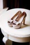 Paires de chaussures élégantes de biege de jeunes mariées Photos stock