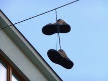Paires de chaussures accrochant sur le fil Image libre de droits