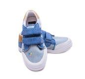 Paires de chaussures de bébé de denim de mode les pieds d'enfants en bas âge Badine des espadrilles d'isolement sur le fond blanc Photos libres de droits