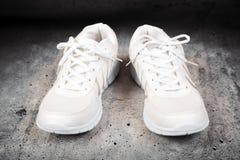 Paires de chaussures blanches de sports Photographie stock libre de droits