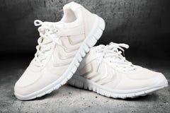 Paires de chaussures blanches de sports Photo stock