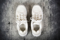 Paires de chaussures blanches de sports Photo libre de droits