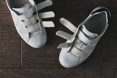 Paires de chaussures blanches sur la fin de Velcro  Image stock
