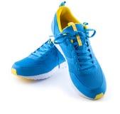 Paires de chaussures bleues de sport sur le fond blanc Photographie stock