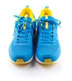 Paires de chaussures bleues de sport sur le fond blanc Image stock