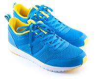 Paires de chaussures bleues de sport sur le fond blanc Photos stock