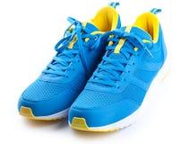 Paires de chaussures bleues de sport sur le fond blanc Photo libre de droits