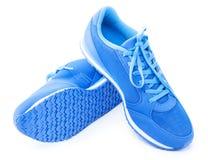 Paires de chaussures bleues de sport sur le fond blanc Photo stock