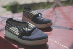 Paires de chaussures bleues pour l'enfant images libres de droits