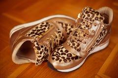Paires de chaussures d'espadrilles de mode d'isolement sur le backgrou en bois de plancher Images libres de droits