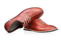 Paires de chaussures d'hommes rouges au-dessus de blanc Photo stock