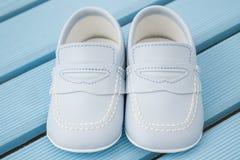 Paires de chaussures de bébé bleu classiques Images libres de droits