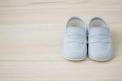 Paires de chaussures de bébé bleu classiques Photographie stock libre de droits