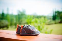 paires de chaussures de bébé de denim les pieds d'enfants en bas âge Images libres de droits