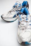 Paires de chaussures de course sur un fond blanc Image stock