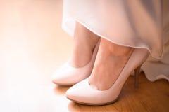 Paires de chaussures de mariage sur les pieds Photographie stock libre de droits