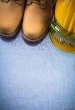 Paires de chaussures de sécurité construisant le casque et le gla en plastique transparent Image stock