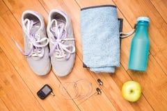 Paires de chaussures de sport et d'accessoires de forme physique Images stock