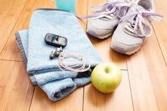 Paires de chaussures de sport et d'accessoires de forme physique Photographie stock