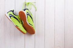 Paires de chaussures de sport sur un mur en bois blanc Photos stock