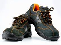 Paires de chaussures en cuir de sécurité noire d'isolement sur le fond blanc avec l'espace de copie Chaussures de travail pour le photographie stock