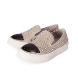 Paires de chaussures femelles beiges sur le fond blanc Images stock
